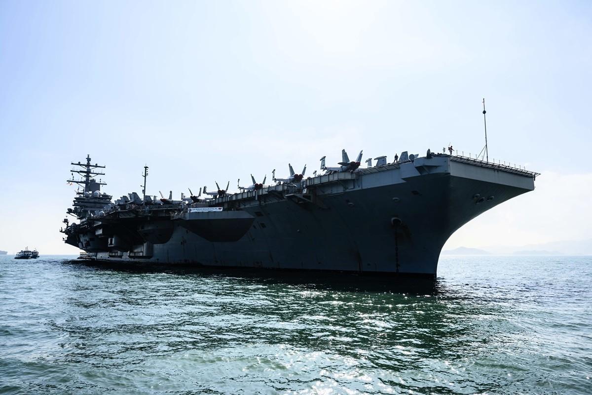 中共在12月2日宣佈,暫停審批美軍艦機赴港休整的申請。圖為2018年11月21日,美軍的列根號航空母艦(USS Ronald Reagan)在香港停靠。(ANTHONY WALLACE/AFP via Getty Images)