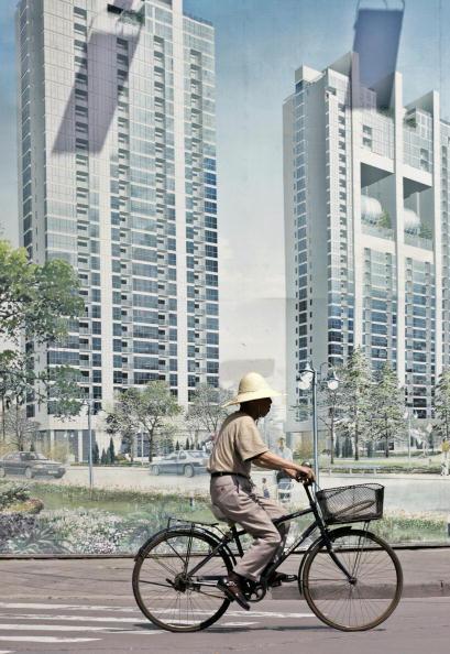 中國房地產價格居高不下。圖為上海一房地產宣傳板。(LIU JIN/Getty Images)
