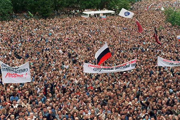 1991年8月20日,俄羅斯議會大樓前,50萬人聚集支持葉利欽。(VITALY ARMAND/AFP)