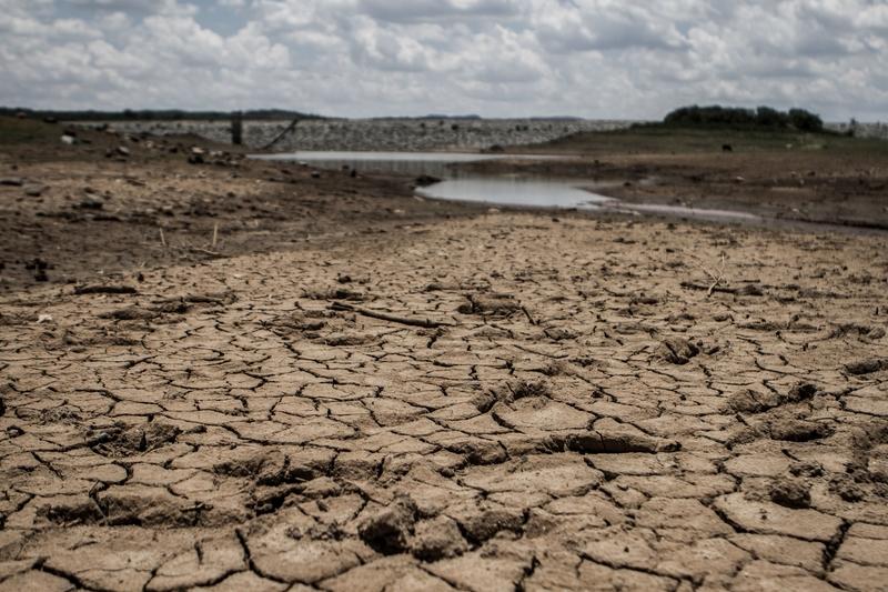 疫情正向衛生設備最落後的農村地區擴散。津巴布韋已宣佈國家進入「災難狀態」。圖為西南部的Umzingwani水庫已乾涸見底。(ZINIYANGE AUNTONY/AFP/Getty Images)