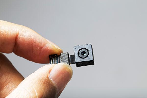 微型攝影機可能被安裝在鬧鐘等小東西裏面。圖為微型攝影機的示意圖。(Shutterstock)