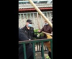 中共國家信訪局通道橫卡大木棍 讓訪民鑽過去