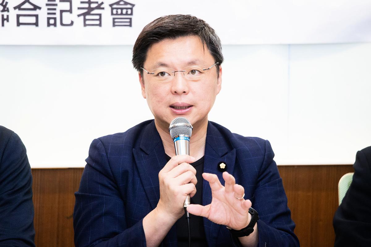 民進黨立委趙天麟表示,雖然中共的這些舉措,要增加國軍伴飛的頻次,耗費台灣很大的國防能量,但中共付出的國際形象損傷更大。(陳柏州/大紀元)