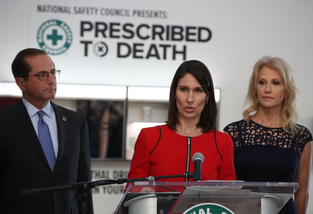 美國國家安全委員會前首席執行官Deborah Hersman(中)2018年4月18日在哥倫比亞特區的「處方藥致死」活動中講話。(Mark Wilson/Getty Images)