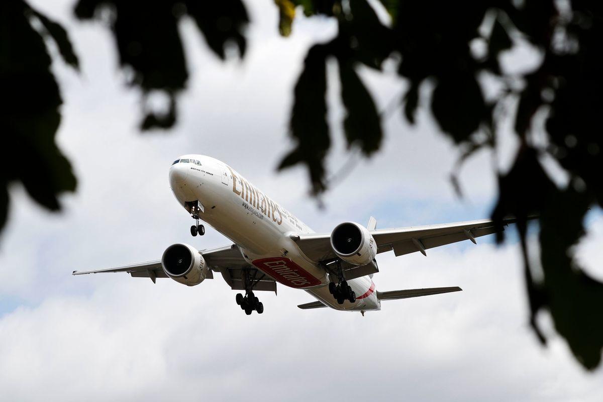 2020年6月8日,一架阿聯酋航空777飛機即將降落在倫敦西區的希思羅機場。(Adrian DENNIS/AFP)