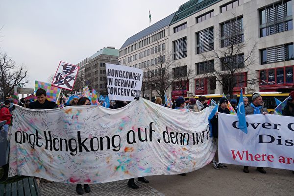 1月19日下午,呼應香港的「天下制裁」活動,部份在德國生活的香港人和各界民眾在首都柏林勃蘭登堡門前舉行集會,聲援香港以及受到中共迫害的團體,呼籲國際社會制裁中共。(穆華/大紀元)