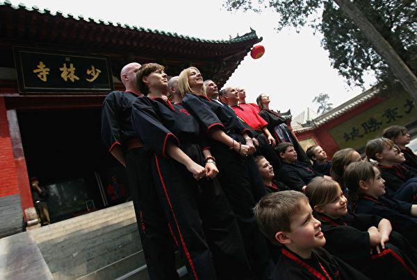 示意圖,圖為2005年4月5日慕名而來的海外武術迷在少林寺門外合影留念。(Cancan Chu/Getty Images)