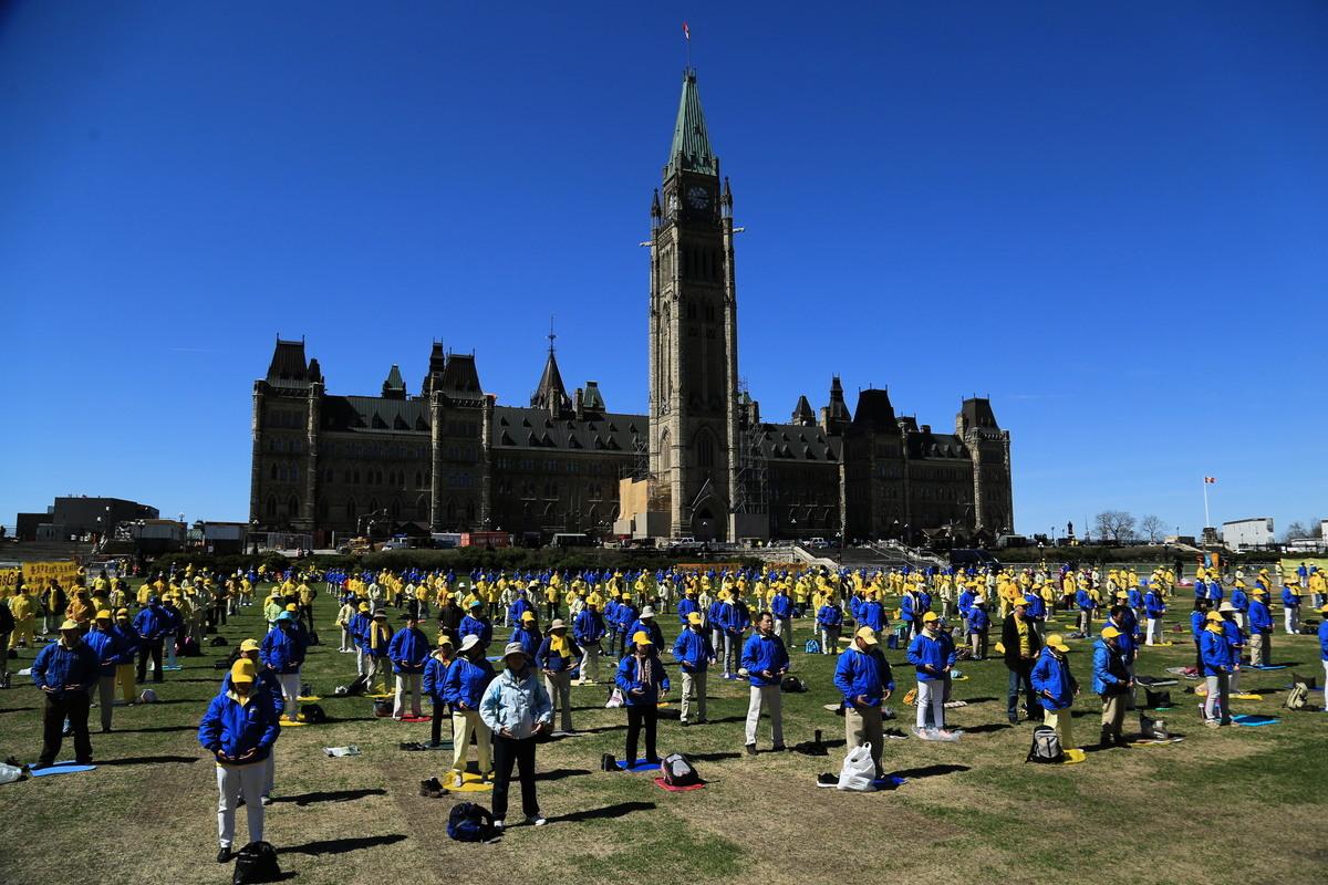 法輪功學員在渥太華國會山集體煉功。(任喬生/大紀元)