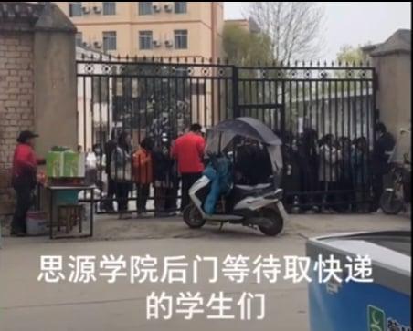 陜西西安市思源學院以疫情為名禁止校外商家送外賣,導致商家難以維持生計,引發抗議。(影片截圖)