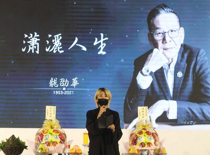 金鐘獎視帝龍劭華於9月14日過世,享壽68歲,追思告別式22日在台北市第一殯儀館景行廳舉行,女兒陳璇(圖)在靈前追思父親。(中央社)