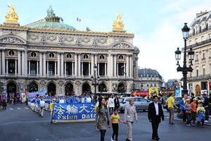 法輪功巴黎反迫害遊行 法國前部長陪走全程