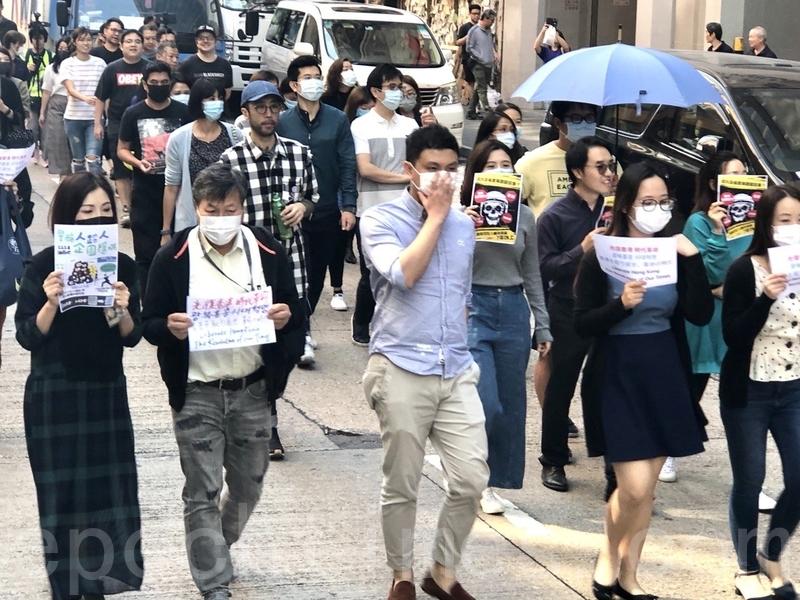 區選結果民主派大勝,民眾仍要求政府回應「五大訴求」。圖為2019年11月27日,香港網友發起「和你Lunch」活動,呼籲五大訴求,警隊撤除包圍理大。(余天祐/大紀元)