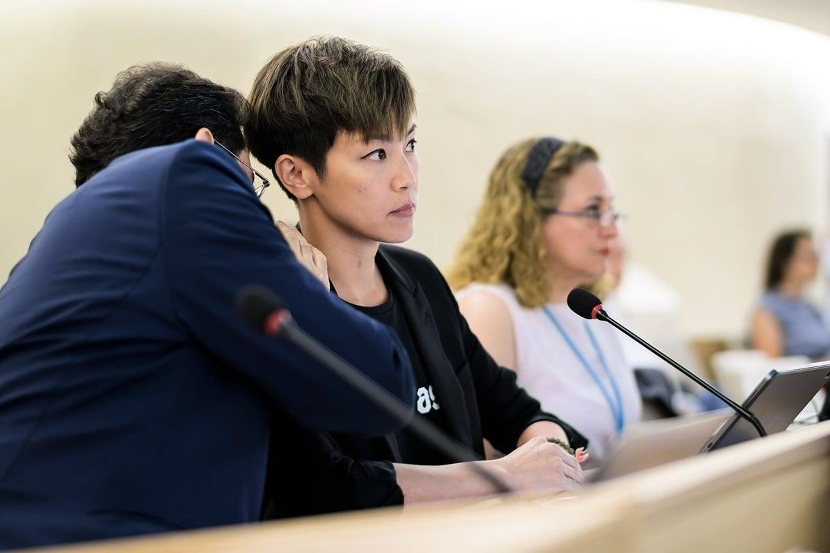 何韻詩(中)在聯合國的反送中演講,2分鐘遭中共2次打斷。而主持會議的副主席(左)在中方2次抗議後,2次都決定讓何韻詩繼續發言。(FABRICE COFFRINI/AFP/Getty Images)