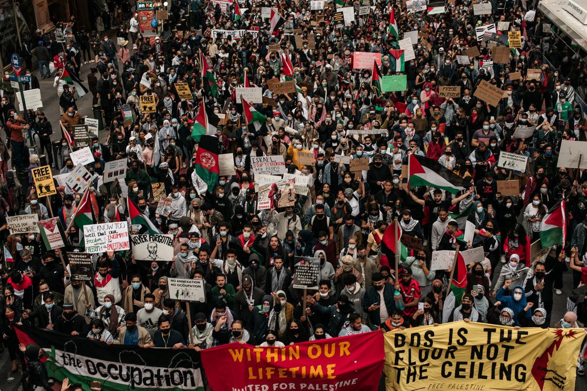 2021年5月11日,巴勒斯坦示威者在紐約市曼哈頓中城街上遊行。(Scott Heins/Getty Images)