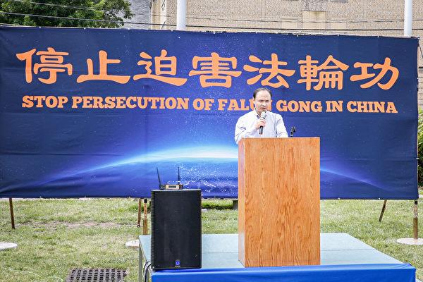 前南華大學電氣工程系教師張鵬在7月10日紐約上州集會上講述了自己遭11年多冤獄及酷刑迫害的經歷。(張靜怡/大紀元)