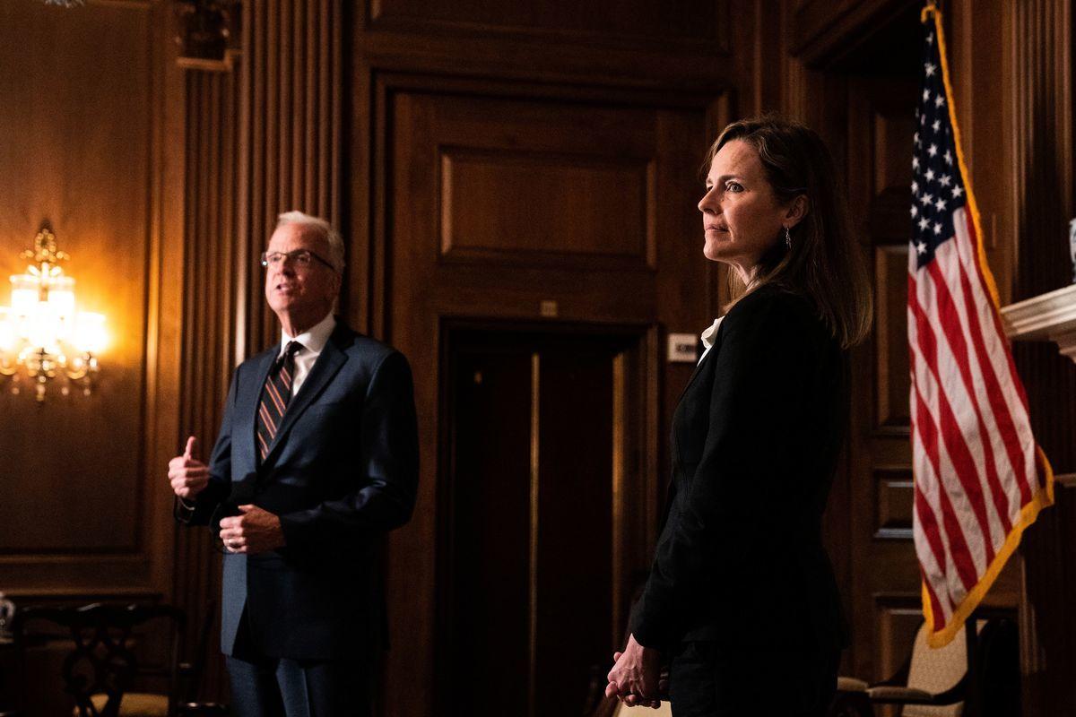 2020年10月1日,美國華盛頓特區,特朗普總統提名的最高法院大法官巴雷特(Amy Coney Barrett)到國會山會見參議員傑里・莫蘭(Jerry Moran,左)。(ANNA MONEYMAKER/POOL/AFP via Getty Images)