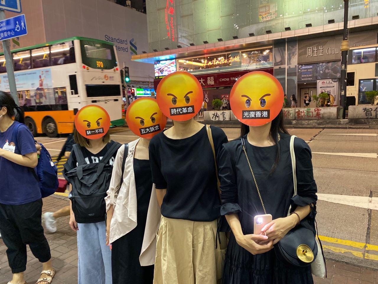 香港高等法院2019年11月18日裁定,《緊急法》在「危害公安」的情況下使用,屬違反《基本法》,而《禁蒙面法》對基本權利的限制超乎合理需要,也屬違憲。圖為10月18日晚上,旺角蒙面人鏈。(駱亞/大紀元)
