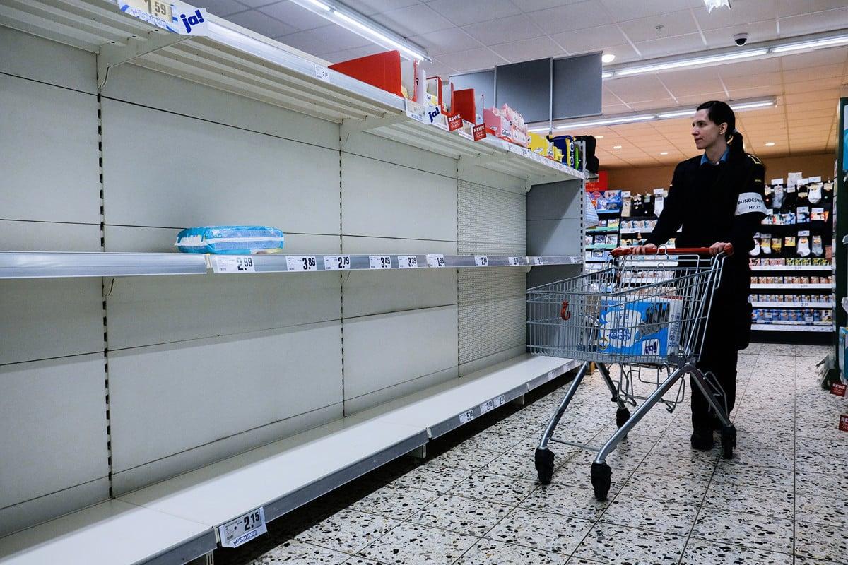 中共病毒危機影響食品供應鏈,引發食品危機的擔憂。恐慌性購物令一些超市出現貨架全空的現象。圖為德國北部的一家超市。(Patrik Stollarz/AFP)