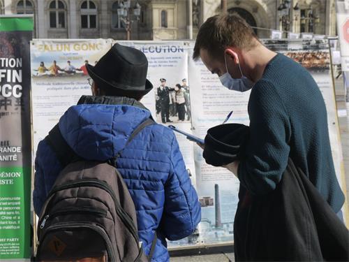 民眾簽字支持法輪功學員反迫害。(明慧網)