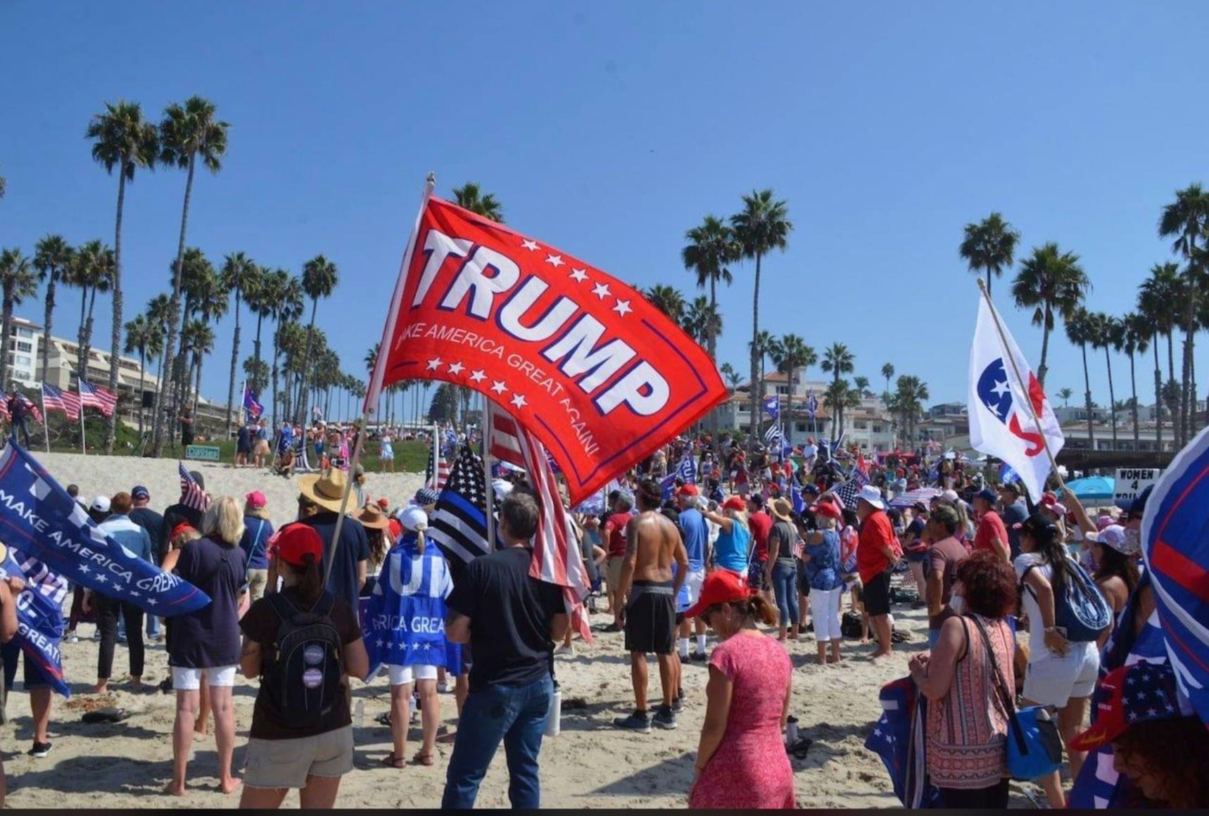 2020年10月3日,上千位選民聚集在加州橙縣的聖克萊蒙特碼頭(San Clemente Pier),支持特朗普總統連任。(加州選民 Mike Chickey 提供)