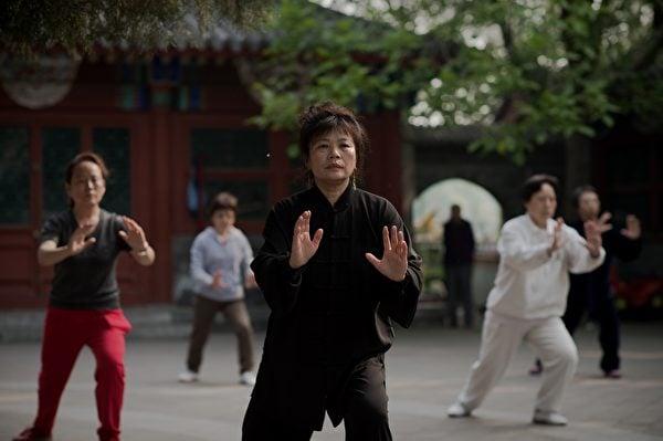 張三豐沒有留下修煉太極拳的心法,所以目前人們大多把太極拳當作鍛鍊身體的健身操。圖為2016年4月29日北京一處公園裏習練太極拳的民眾。(Nicolas Asfouri/AFP)