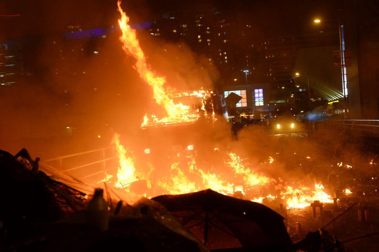 2019年11月17日晚,港警的裝甲車剛直接硬闖進來,抗爭者陣地差點失守而群丟汽油彈,讓裝甲車著火退撤。(宋碧龍/大紀元)