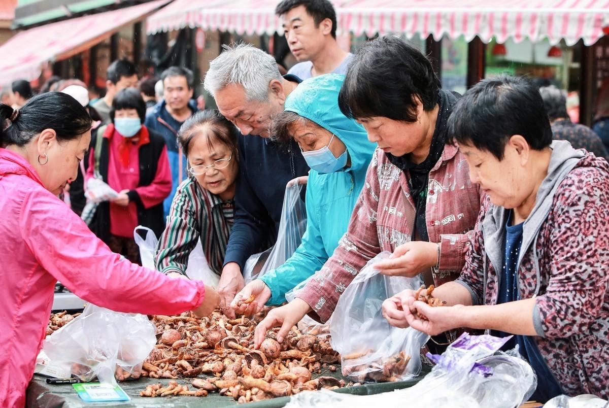 2020年9月9日,中國瀋陽的一個市場上,人們在挑揀蘑菇。(STR/AFP via Getty Images)