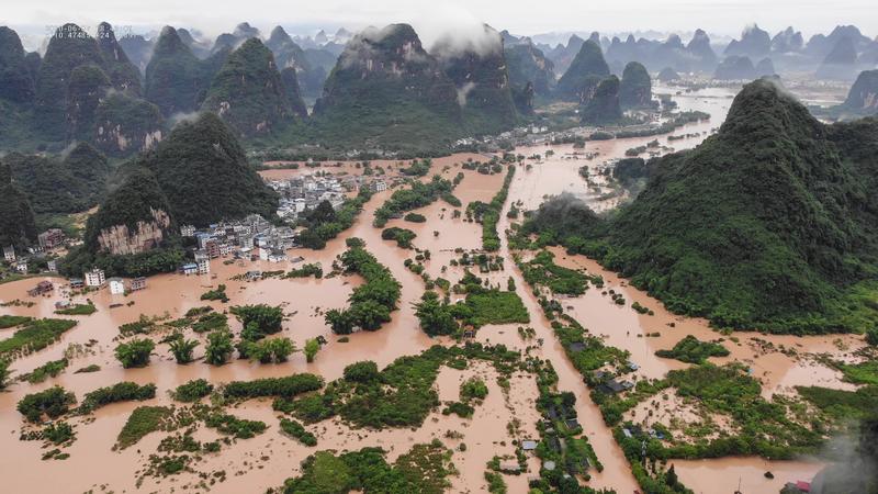 2020年6月7日,廣西南部的陽朔,大雨造成洪水,淹沒街道和建築物。(STR/AFP via Getty Images)