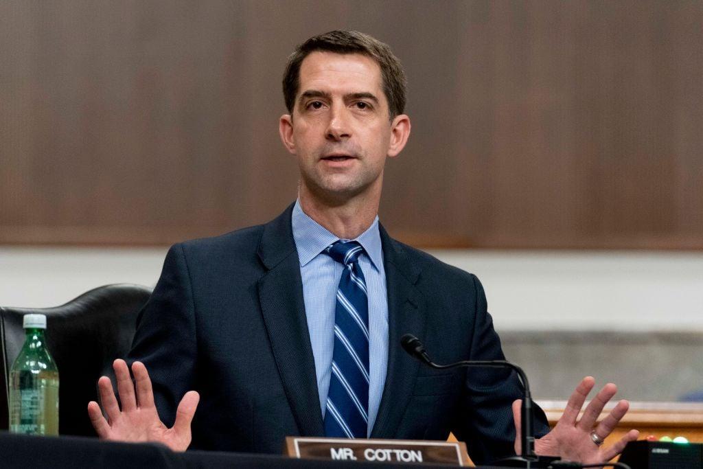 圖為2021年3月25日,美國阿肯色州共和黨參議員湯姆‧科頓(Tom Cotton)在華盛頓國會山聽證會上發表講話。該聽證會旨在審查美國特種作戰司令部和美國網絡司令部。(Andrew Harnik-Pool/Getty Images)