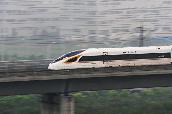 據《國家利益》報道,中共大肆興建高鐵系統,不僅是為了提高旅客運輸量。圖為「復興號」高鐵列車。(STR/AFP via Getty Images)