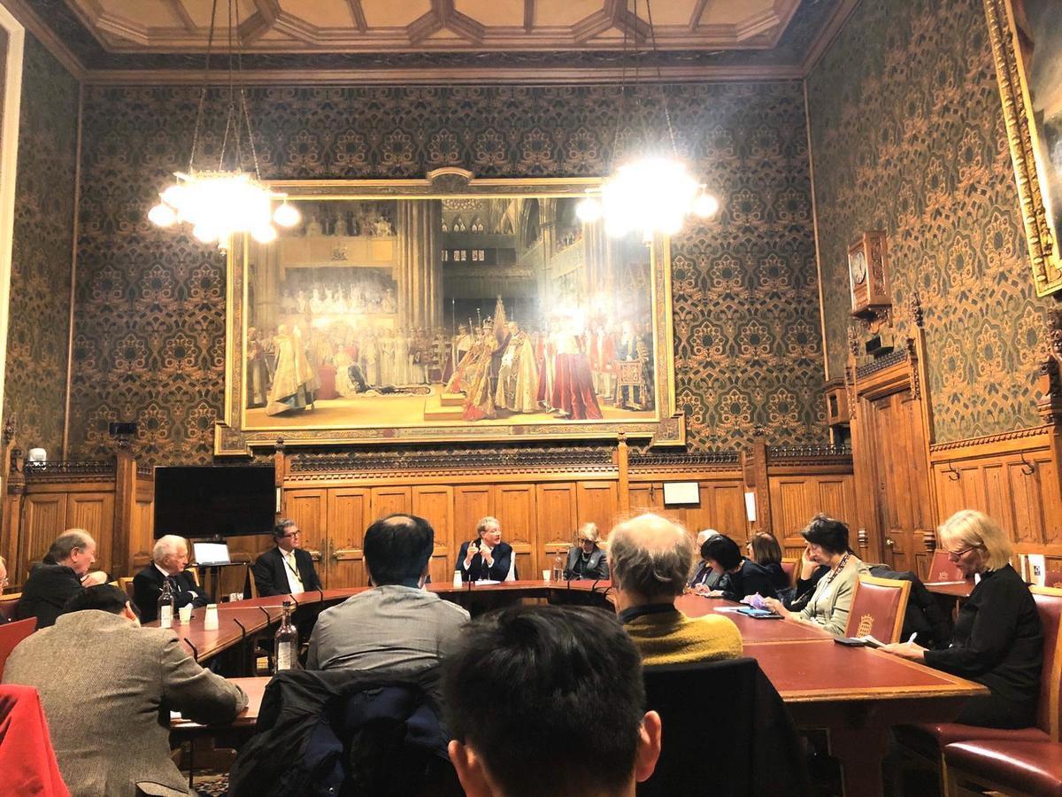 12月18日下午,英國外科醫生文德麟(Darren Mann)在英國上議院,講述港警如何侵犯醫務人員。(文沁/大紀元)