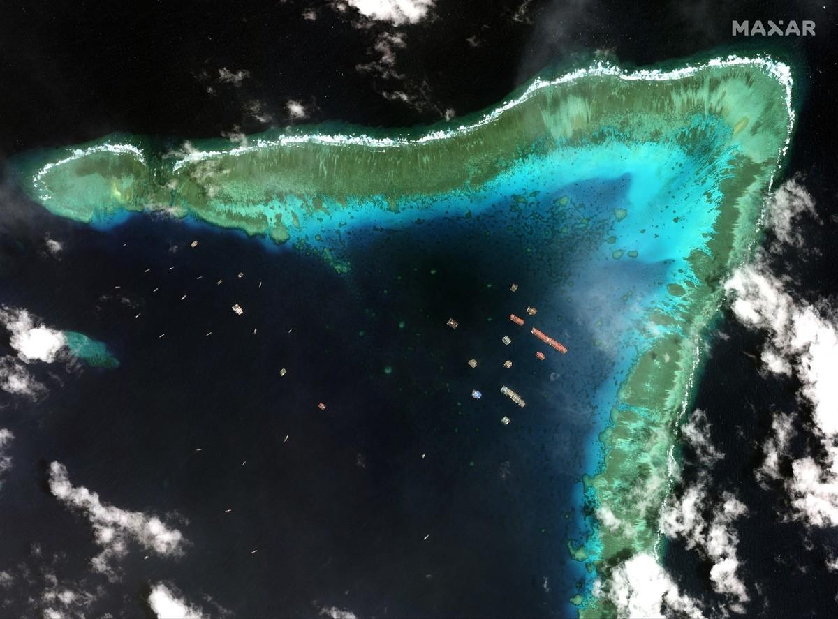 歐盟對外事務部2021年4月24日表示,中國船隻集結牛軛礁造成南海緊張形勢升溫,危及和平與穩定,歐盟堅決反對任何可能破壞地區穩定的單方面行動。圖為3月23日集結的中國漁船。(Handout / Satellite image ©2021 Maxar Technologies / AFP)