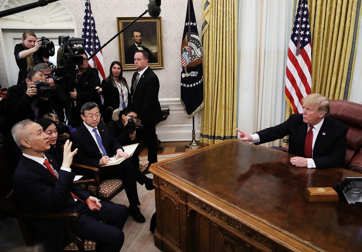 周一(6月3日)美國發佈聲明回應中共前一日顛倒是非的白皮書,周二(6月4日),中共急切地反擊美方,曝露其擔心美方聲明揭露若干事實。圖為1月31日特朗普總統在白宮接見中共副總理劉鶴。(Mark Wilson/Getty Images)
