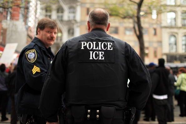 在一次全國性的搜捕非法移民行動中,美國移民與海關執法局(ICE)逮捕了39名曾經侵犯人權的嫌疑人。 (Getty Images)