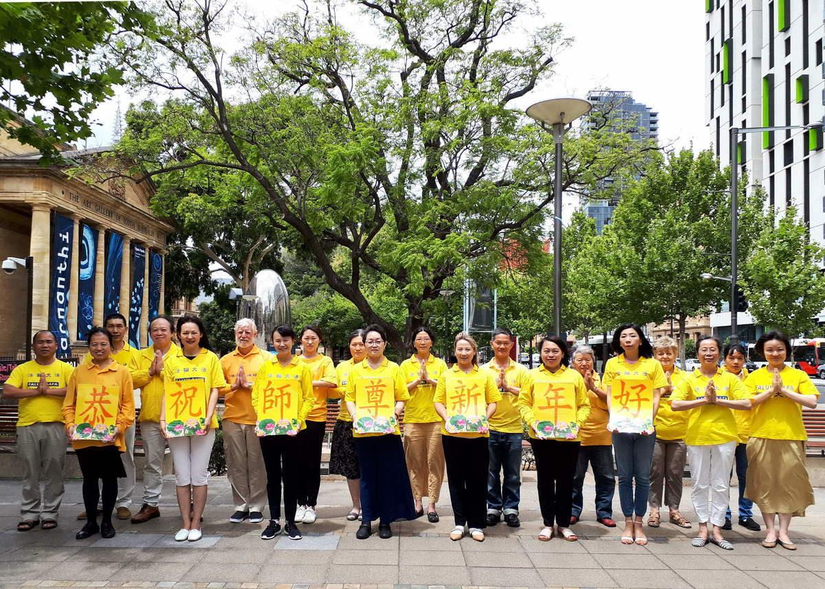 2020年12月27日南澳部份法輪功學員在阿德萊德市中心州立博物館外合影,遙祝李洪志大師新年快樂。(李倩西/大紀元)