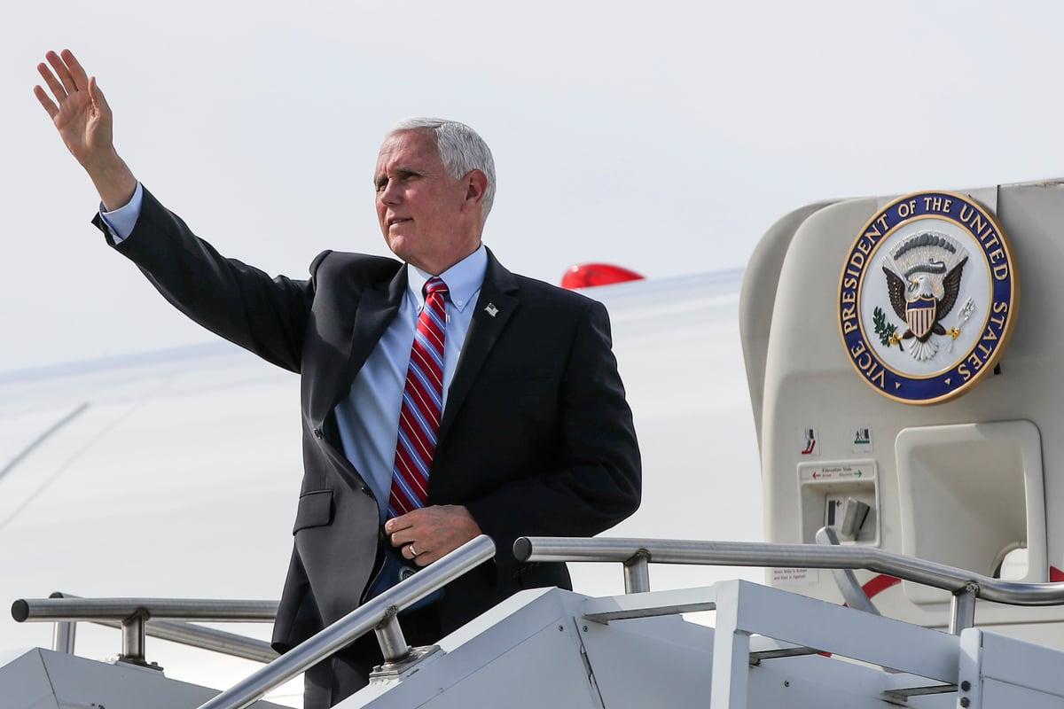 2020年10月13日,美國副總統邁克·彭斯(Mike Pence)在威斯康辛州沃基沙(Waukesha)發表講話之前,乘坐「空軍二號」(Air Force Two)到達密爾沃基(Milwaukee)米切爾將軍國際機場(General Mitchell International Airport)。(KAMIL KRZACZYNSKI/AFP via Getty Images)