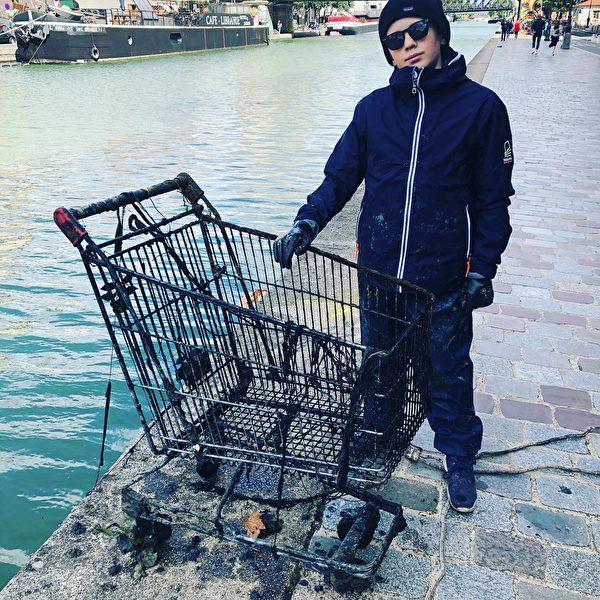 拉斐爾從塞納河裏撈出的購物車。(本人提供)