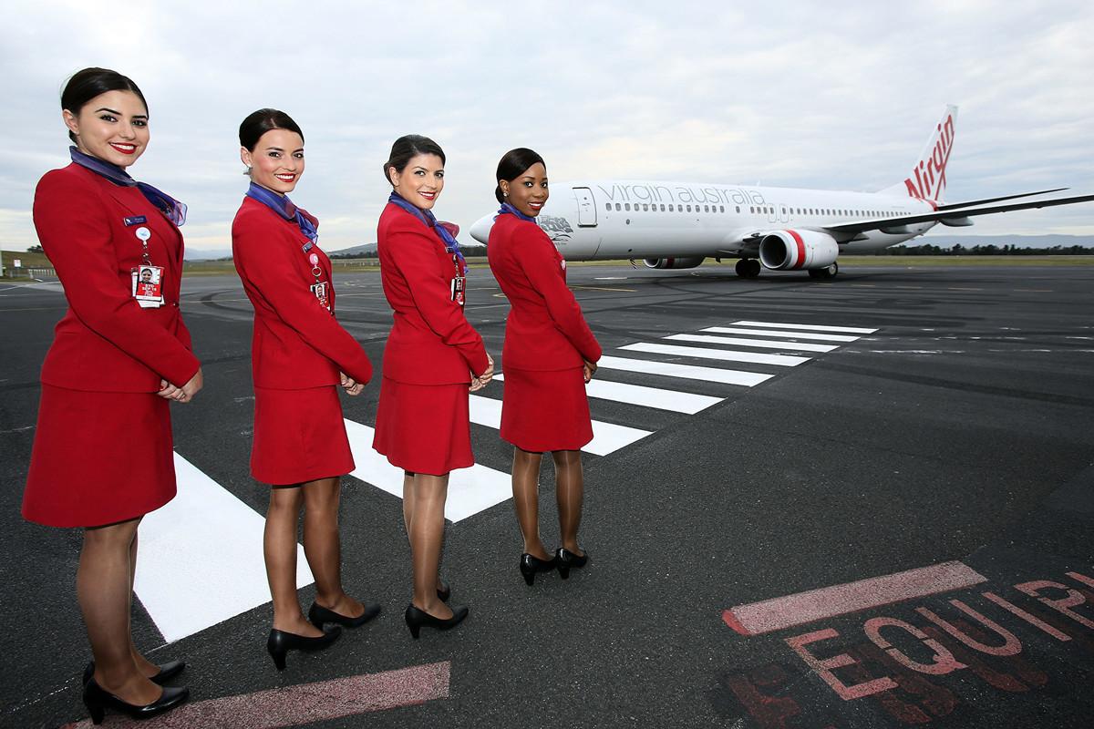 在中共肺炎疫情的衝擊下,有些澳洲空姐轉行到礦業公司工作。圖為2014年11月13日,維珍澳洲航空的包機與空姐。(Graham Denholm/Getty Images)