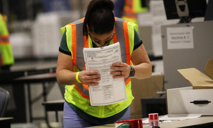 2020年11月4日,美國費城的選舉工作人員在統計選票。(Spencer Platt/Getty Images)