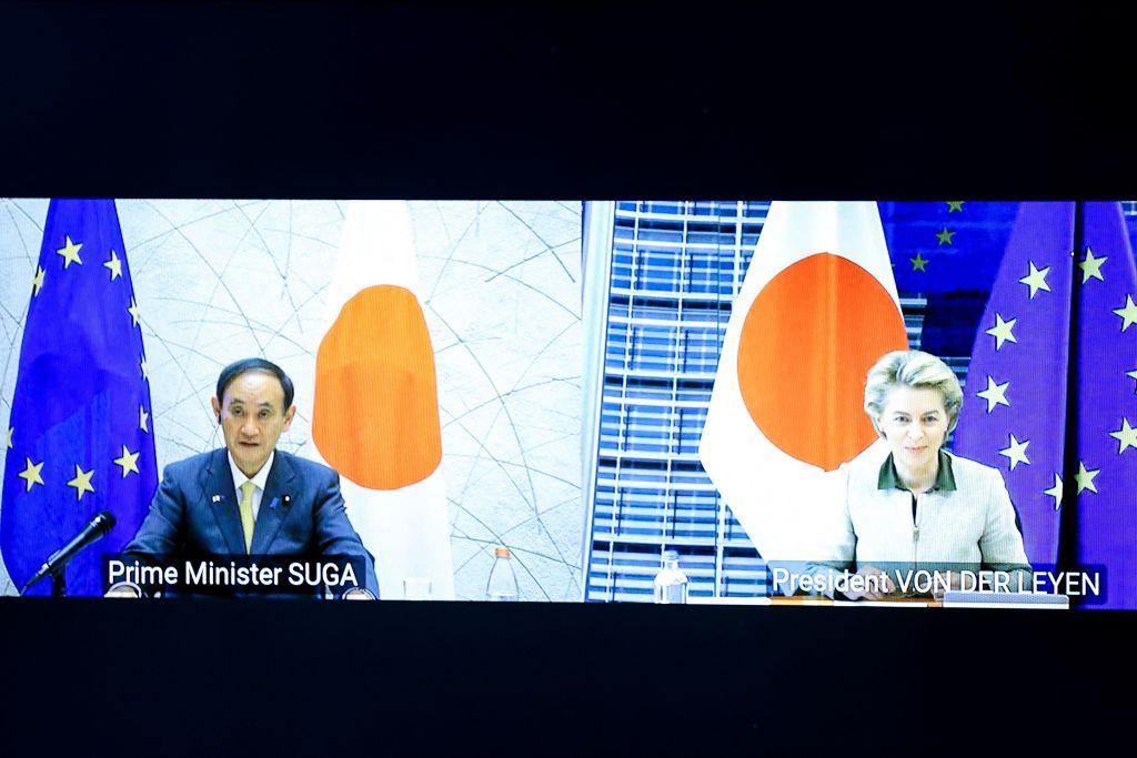 2021年5月17日日本首相菅義偉和歐盟機構的最高領導人召開了視像峰會。(KENZO TRIBOUILLARD/POOL/AFP via Getty Images)