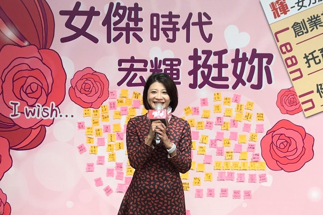 圖為林楚茵此前呼籲「三張選票護台灣」,讓她與蔡英文總統、鄭宏輝一起守護台灣,為女性發聲。(林倩玉/大紀元)