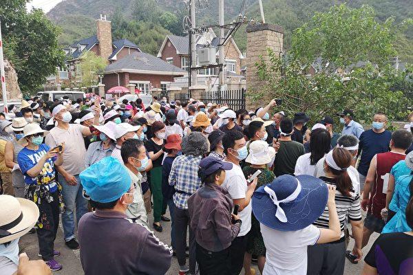 2020年6月22日,北京昌平小區業主們頭綁白布條抗議政府強拆。(知情人提供)