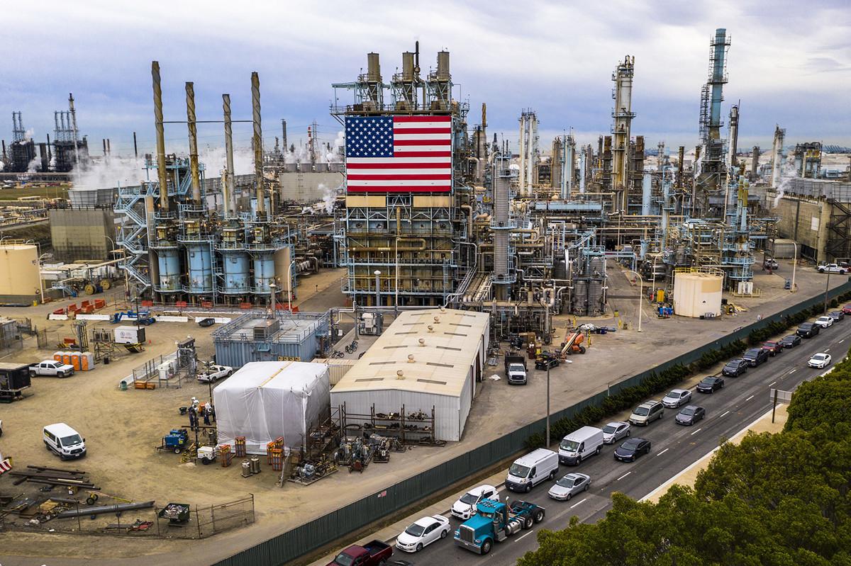 歐佩克+產油國周日達成創紀錄的減產協議,專家說該協議可為美國挽救200萬個工作。圖為加州馬拉松煉油廠(Marathon Refinery),攝於2020年3月9日。 (Photo by DAVID MCNEW / AFP)