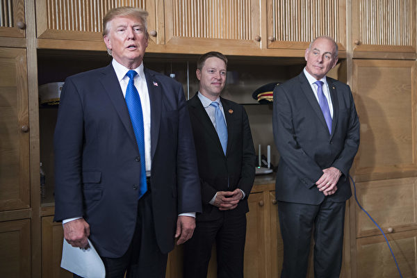 圖為2017年11月10日,特朗普與鮑廷格(中)等人在越南出席亞太經合會(APEC)。(JIM WATSON/AFP/Getty Images)