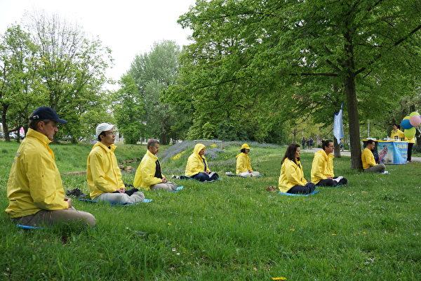 2021年5月13日,弗蘭肯地區部份法輪大法學員身著亮眼的黃色煉功服集體煉功,慶祝世界法輪大法日,給紐倫堡市沃德湖平添了一道亮麗的風景。(大紀元)