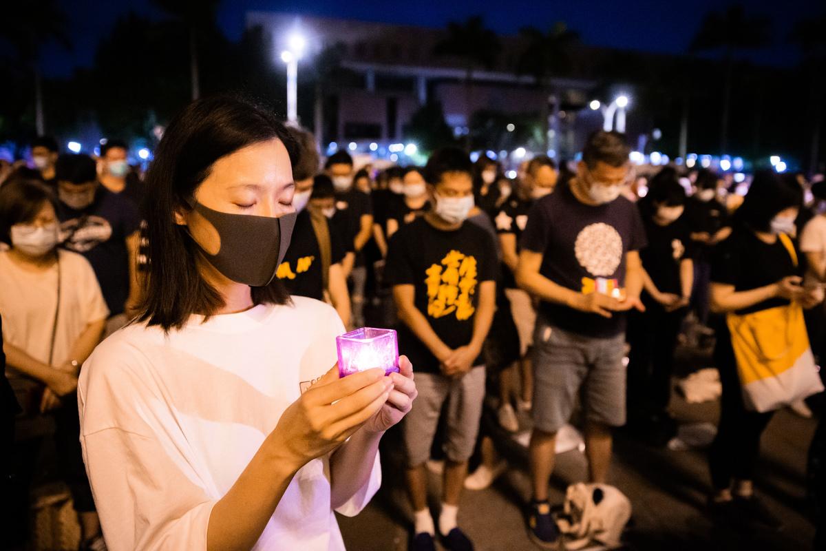 六四天安門事件31周年,「遍地燭光悼六四」活動2020年6月4日晚間在台北中正紀念堂自由廣場前舉辦,參與民眾點亮蠟燭默哀。(陳柏州/大紀元)
