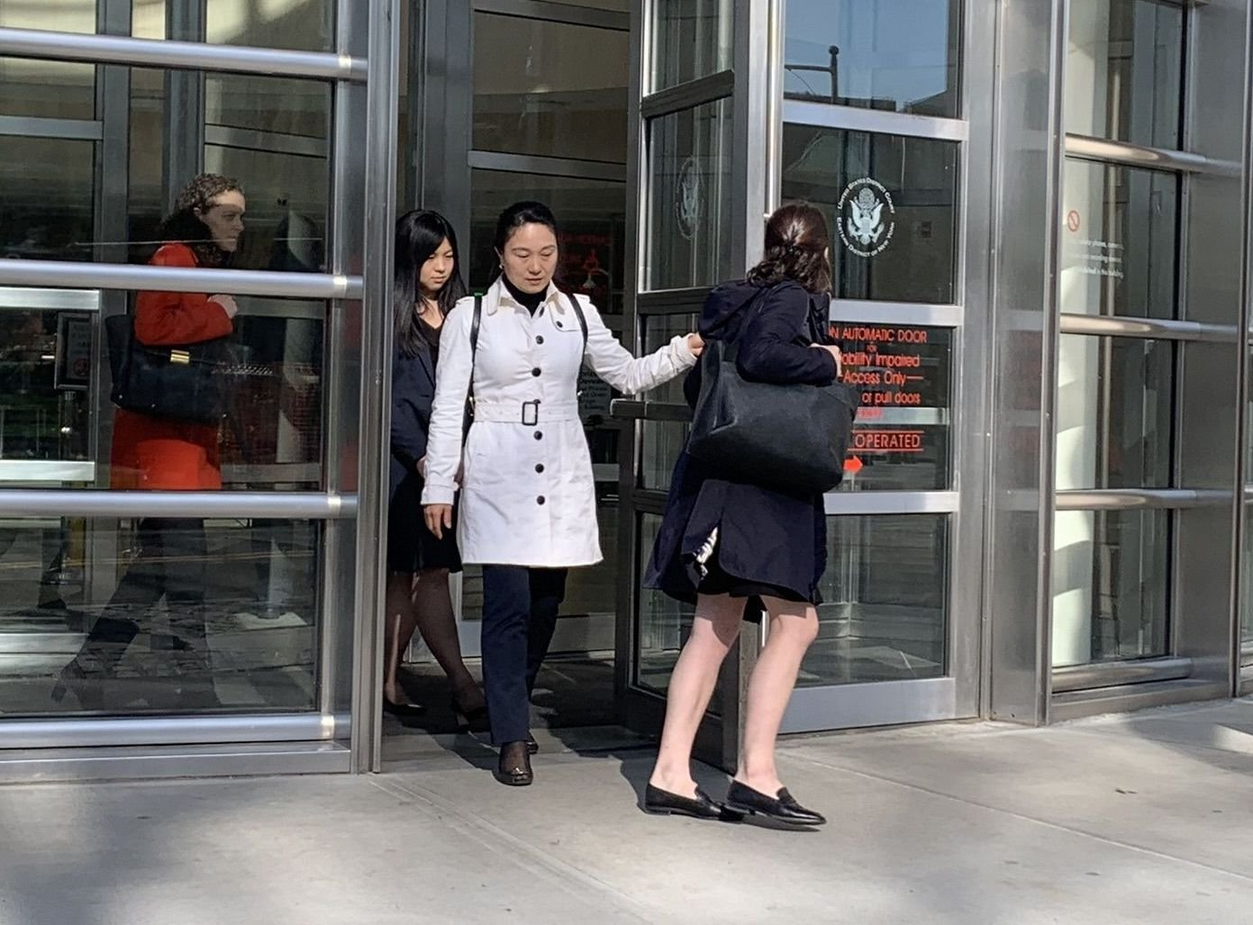 隨著前國航經理林英(音譯,Ying Lin)17日在紐約認罪,中共代理人議題再次被推上輿論的風口浪尖。多年來,美國抓捕了多名非法為中共做事的華人。圖為林英(白外套者)。 (蔡溶/大紀元)