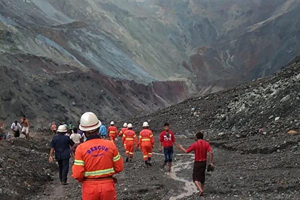 7月2日,緬甸北部一座玉石礦場發生山崩災難,目前至少已從泥石中拉出162具礦工屍體,當局預計可能有更多人喪生。圖為救援人員繼續搜救。 (Photo by Handout / MYANMAR FIRE SERVICES DEPARTMENT / AFP)