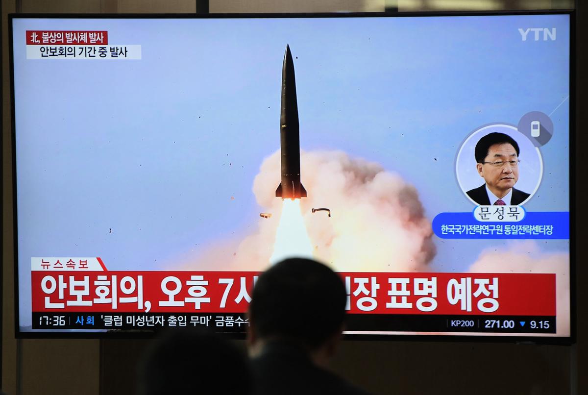 南韓軍方表示,周四(5月9日),北韓發射兩枚短程導彈。圖為南韓民眾在觀看北韓發射的電視畫面。(Jung Yeon-je/AFP)