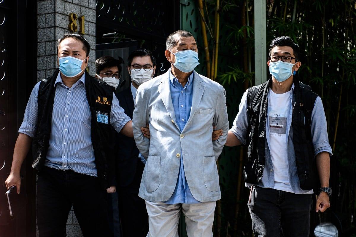 8月10日,壹傳媒創辦人黎智英及其兩個兒子等9人被抓捕。圖為黎智英在住宅處被帶走。(VERNON YUEN/AFP via Getty Images)